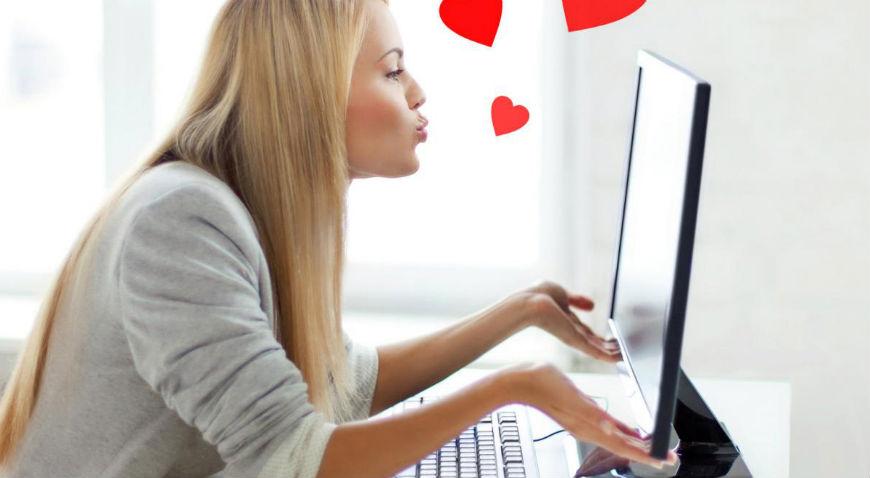 Девушка работает веб-моделью